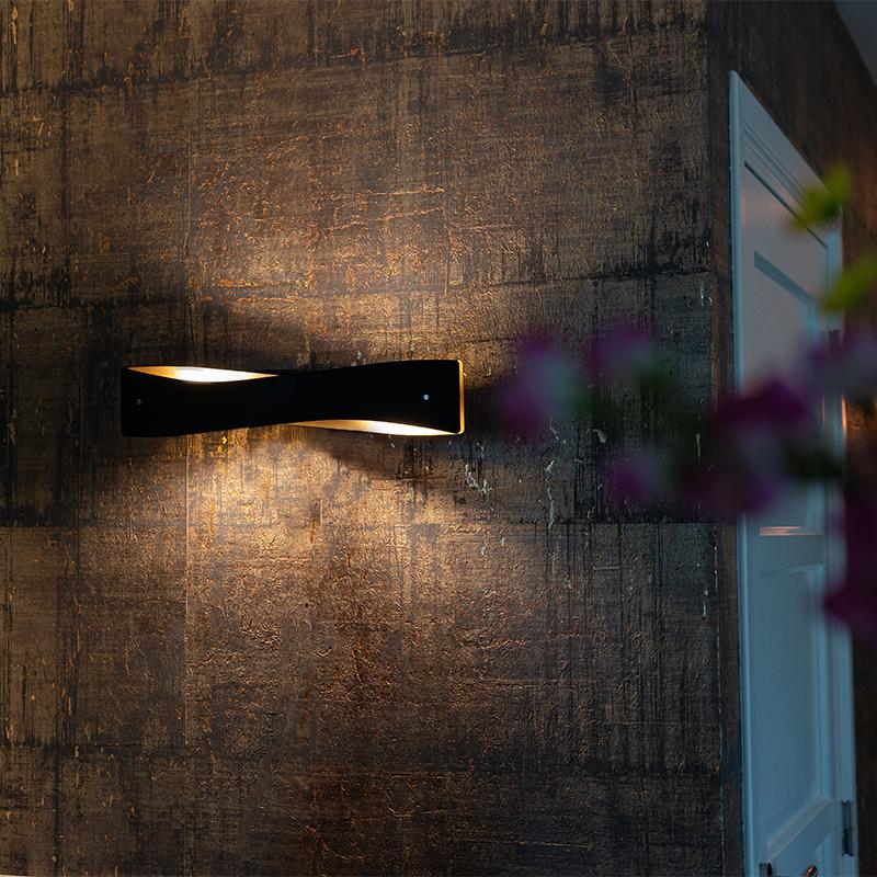 Moderne wandlamp zwart met goud incl. LED - Sjaak