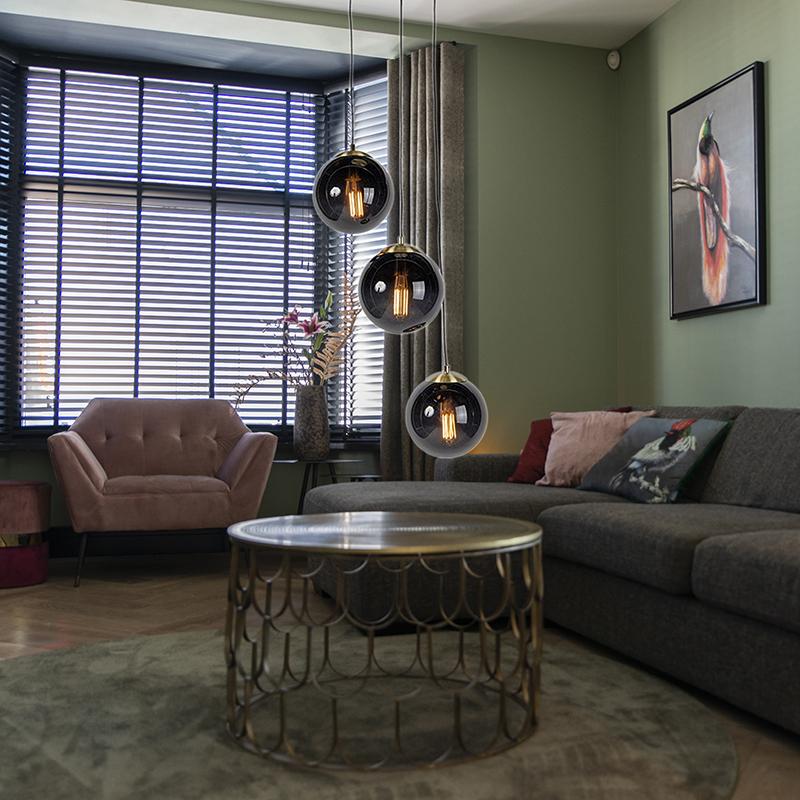 Hanglamp woonkamer, art deco, modern, drie zwarte glazen bollen bij elkaar, zithoek, bijzettafel