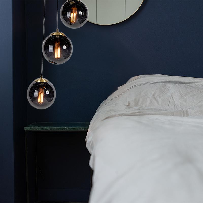Hanglamp boven nachtkastje naast het bed, slaapkamer, trendy art deco lamp, glas